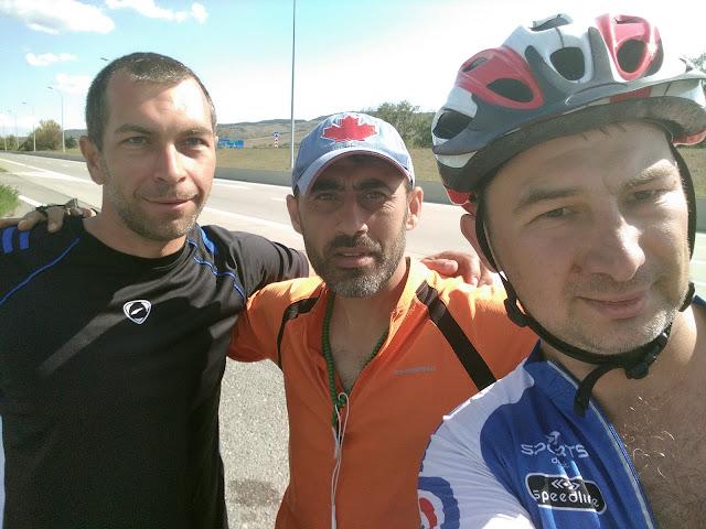 встреча велотуристов на дороге