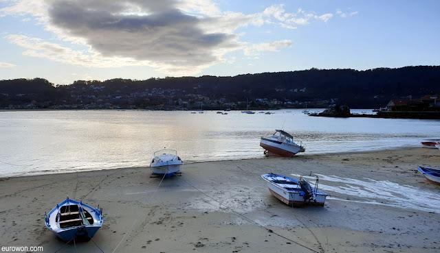 Barcas en playa con marea baja