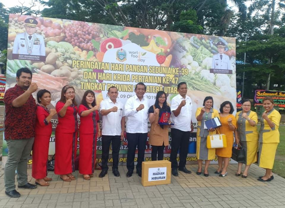 Wakil Bupati Sarlandy Hutabarat foto bersama dengan Chyntia Simanjuntak usai menghadiri hari pangan sedunia ke-39.