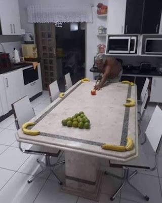 Billard in der Küche spielen mit Obst lustig