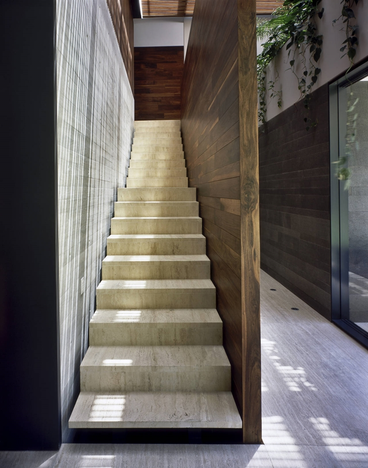 Marble stairs in House La Punta by Central de Arquitectura