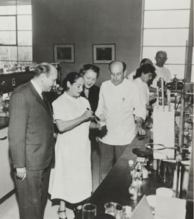 Helena Rubinstein dans son usine de Long Island, vers 1950