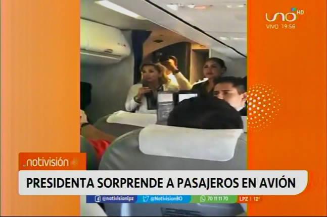 Presidenta Áñez viaja en vuelo comercial y es aplaudida por la gente