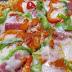 Pizza de peperoni, salami y chiles