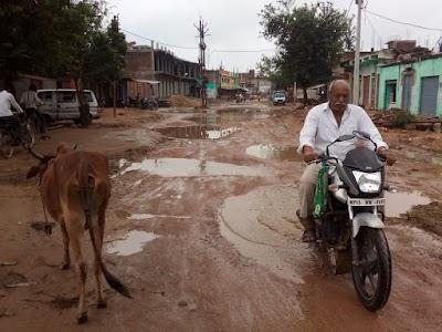 खनियाधाना साल भर पहले से खुदी सड़क पर हुए बड़े-बड़े गड्ढे गड्ढों में भरा बारिश का पानी बड़े हादसे का खतरा | Khaniyadhana News