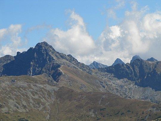 Świnica (słow. Svinica, 2301 m n.p.m.) (po lewej).