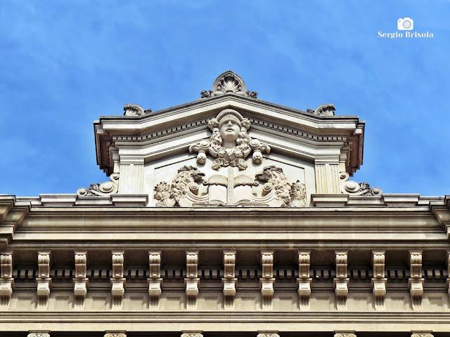 Close-up do coroamento da fachada do Palácio da Justiça SP - Sé