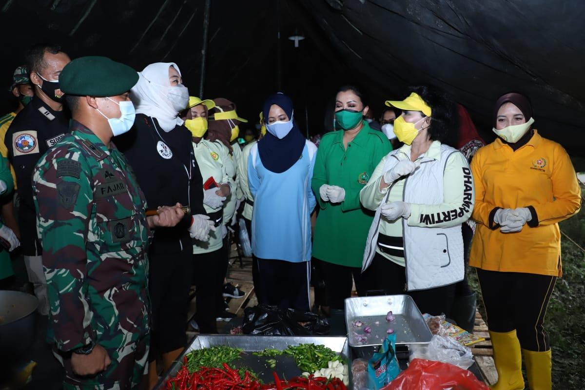 Ketum Dharma Pertiwi Tinjau Dapur Lapangan Penanggulangan Banjir di Desa Karangligar