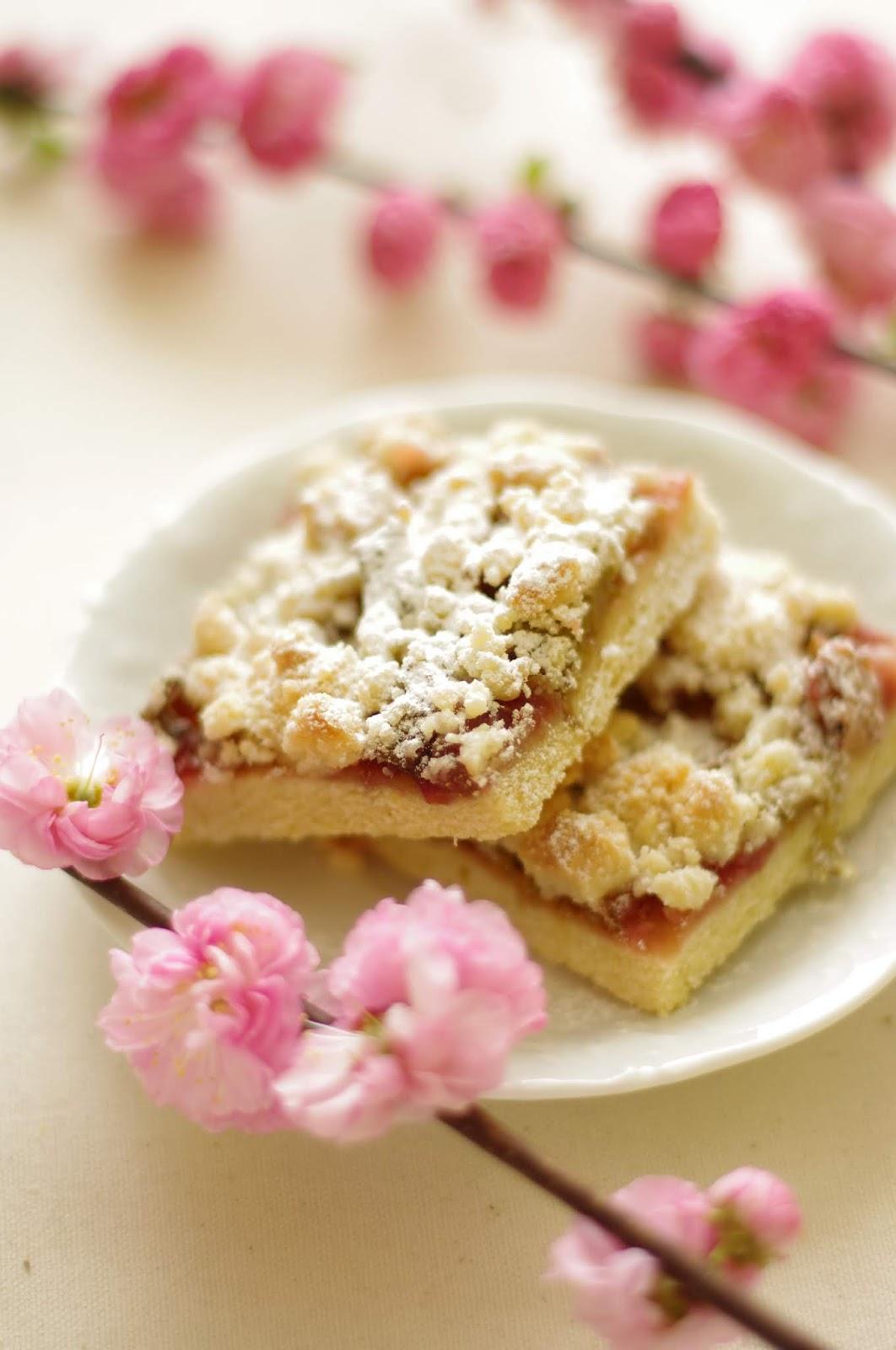 Kruche ciasto z rabarbarem i różą