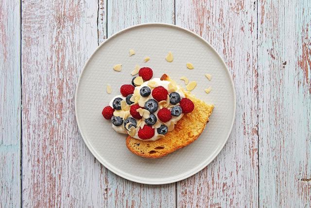 Συνταγή για Τσουρέκι με Γιαούρτι και Φρούτα του Δάσους