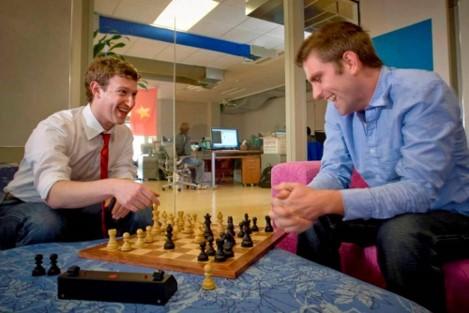Mark Zuckerberg dispute une partie d'échecs avec Chris Cox