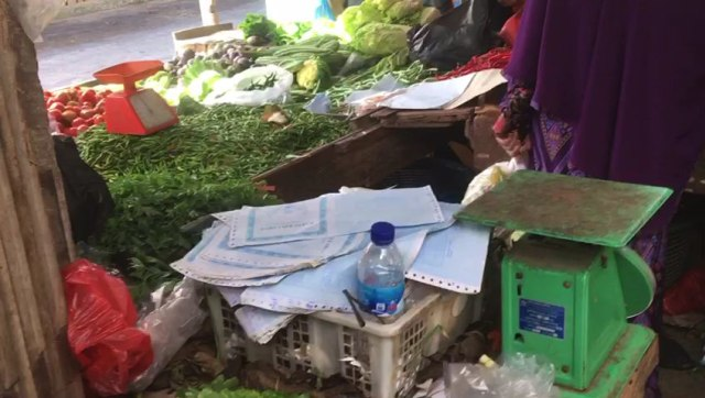 Heboh! Beredar di Pasaran, Arsip KK di Jambi Jadi Bungkus Cabai Pedagang