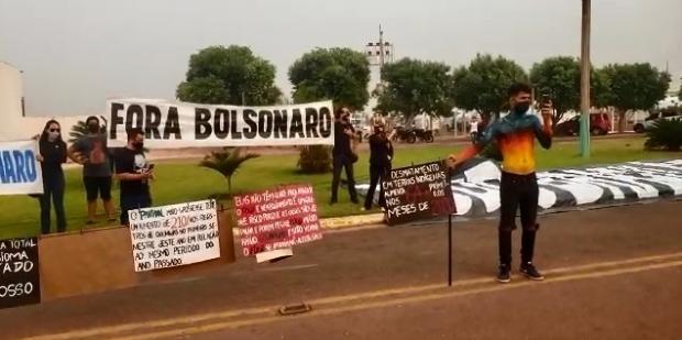 Protesto contra Bolsonaro no MT teve caixão e corpo pintado em chamas