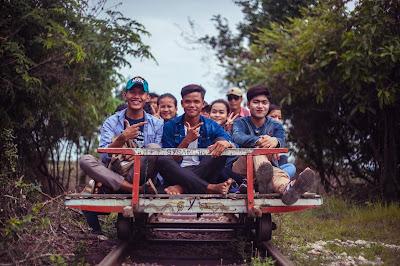 Jóvenes en Camboya cerca del proyecto con el que colabora Tumaini