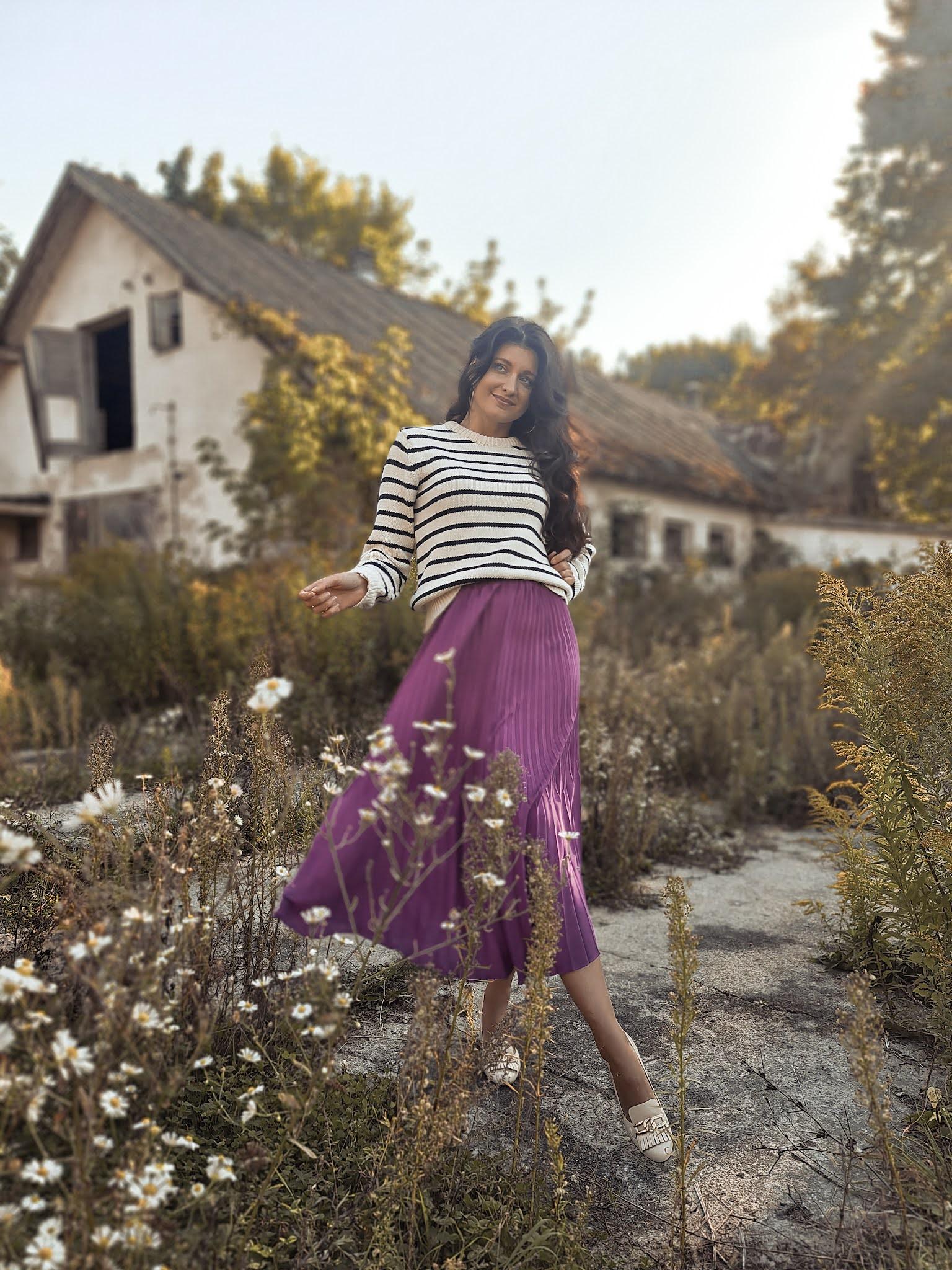 Sweter w paski i plisowana spódnica