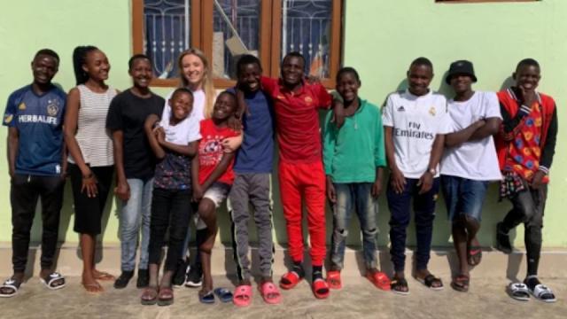 26-летняя британка усыновила 14 детей из Африки