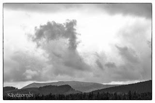 Felhő száll fel a Boga-katlanból a Mócok templomából nézve