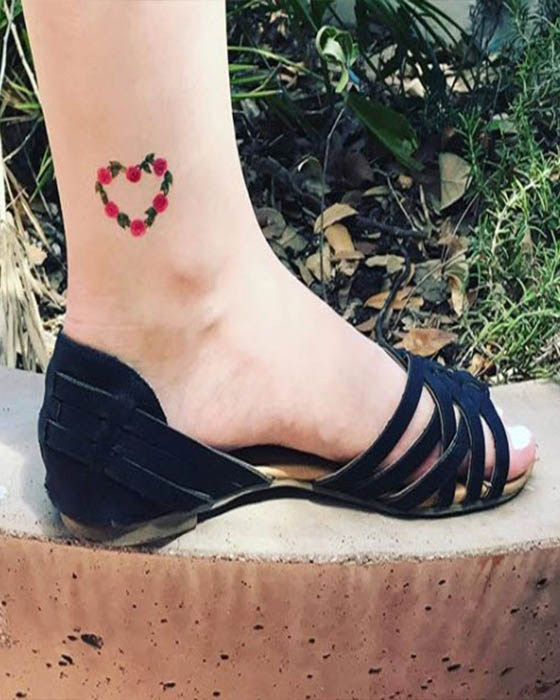 tatuaje corazón de flores tobillo