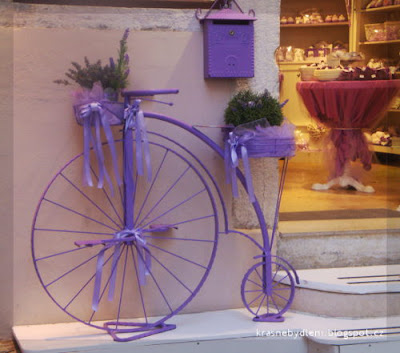 levandulovy velociped s dekoraci