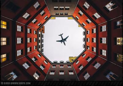 طائرة فوق مبنى يأخذ شكل ثماني