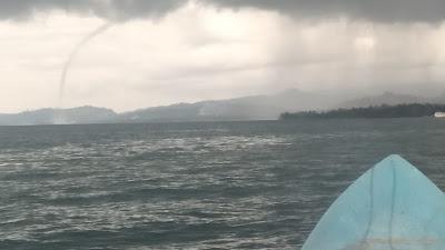 Ini Penampakan Angin Puting Beliung Yang Terjadi di Laut Antara Desa Talo