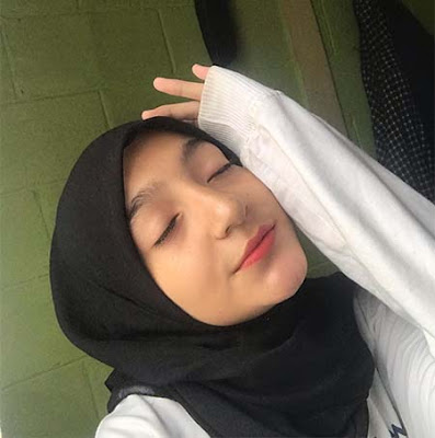 Amanda Lucson Pakai Hijab Hitam