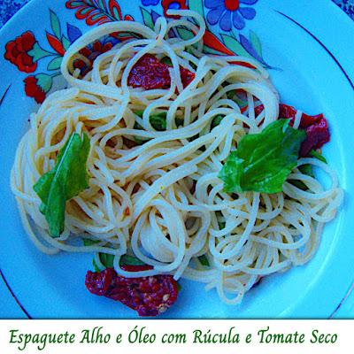 Espaguete alho e óleo com rúcula e tomate seco