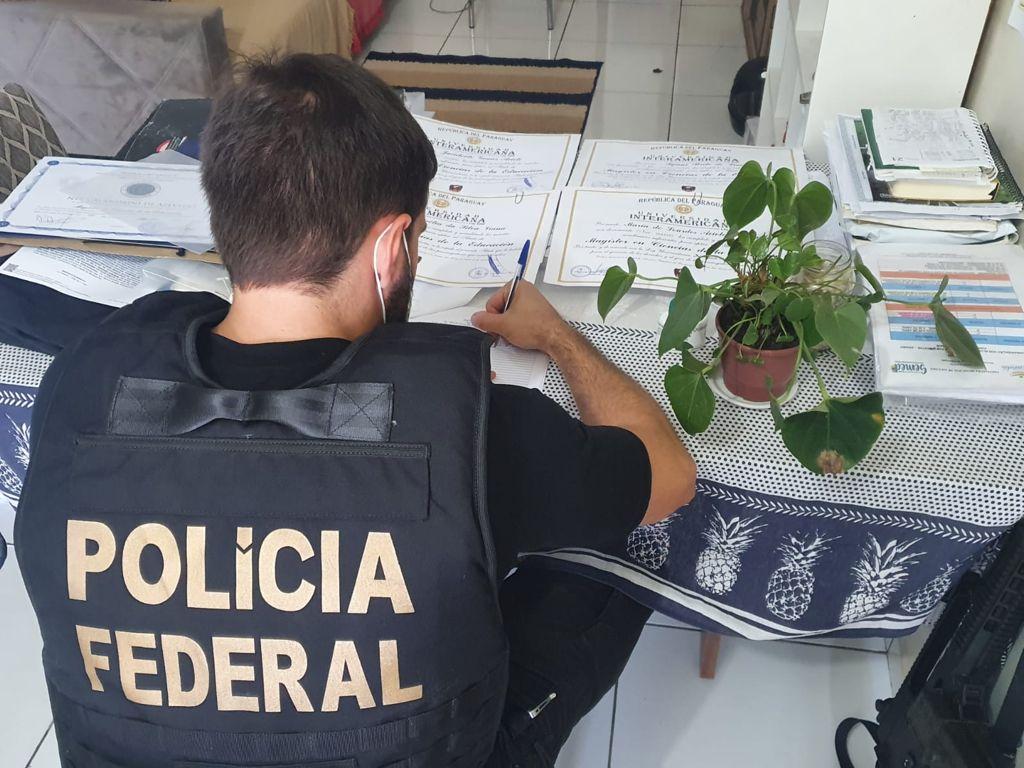 Operação Academus investiga compra e venda de revalidação de diplomas.
