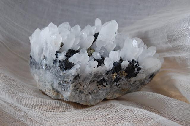 Naaldbergkristal met pyriet en sfaleriet