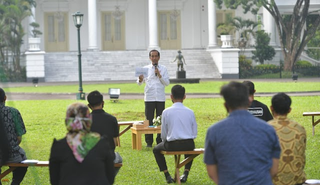 Presiden Jokowi Berikan Bantuan Modal Kerja pada 65 Penerima di Istana Bogor