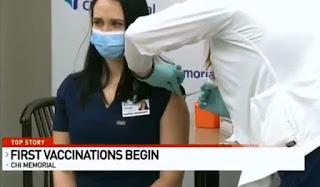 Disiarkan Secara LIVE, Seorang Perawat Pingsan Setelah Disuntik Vaksin Covid-19