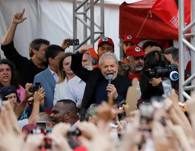 O ex-presidente Luiz Inácio Lula da Silva fez um discurso duro nesta sexta-feira ao deixar a sede da Polícia Federal em Curitiba, onde esteve preso por 580 dias