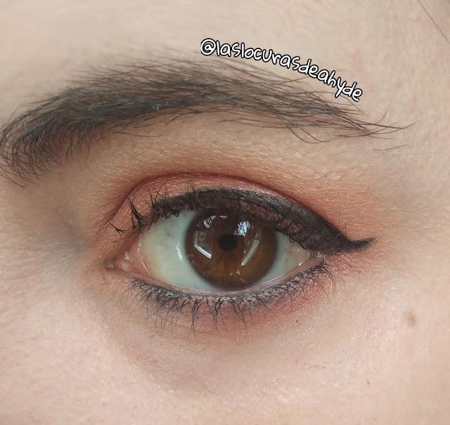 maquillaje de ojos en tonos melocoton y delineador en negro