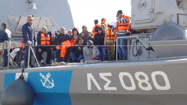 Διάσωση 111 αλλοδαπών δυτικά της Πύλου και σύλληψη δύο αλλοδαπών διακινητών τους