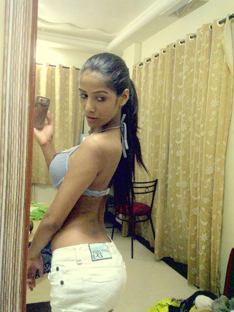 Poonam-Pandey-back-selfie