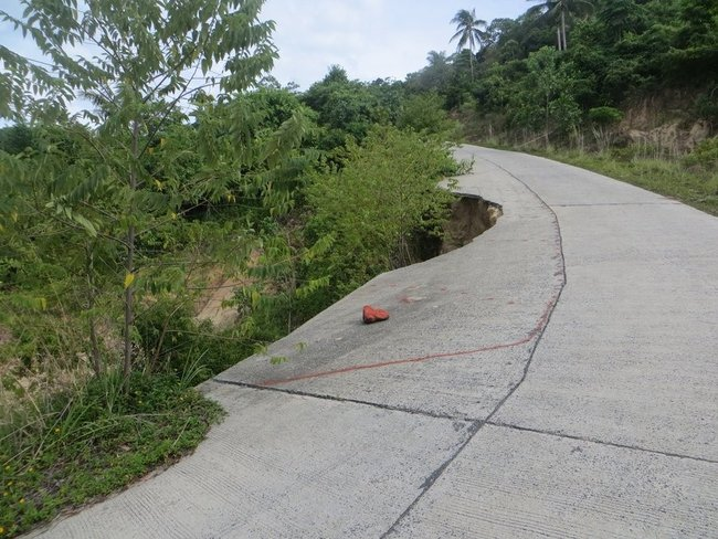 Разрушение дороги на обрыве