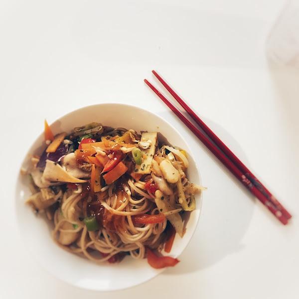 Rezept: Gesunde Asiapfanne mit Mie-Nudeln, Tofu und Gemüse