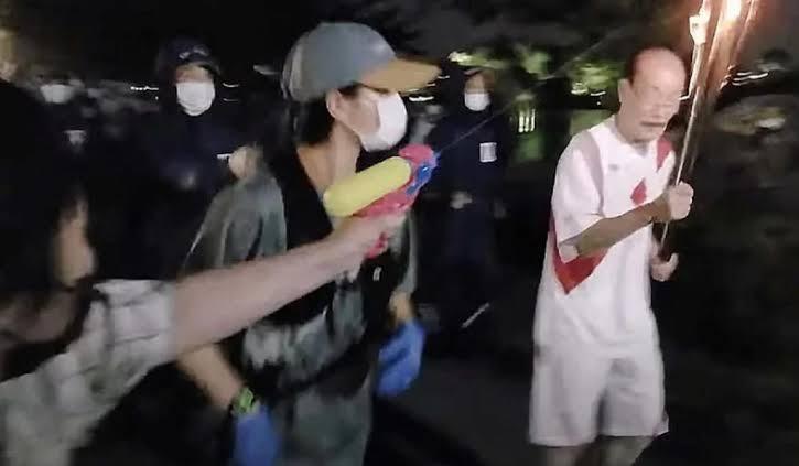 Mujer tratar de apagar la antorcha Olímpica y es detenida