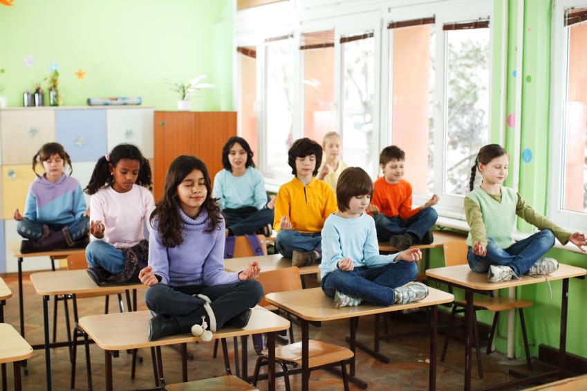Yoga ayuda a niños de escuela primaria a mejorar su comportamiento y el rendimiento escolar.