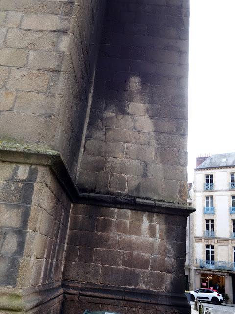 Les traces du sinistre sur les murs de l'église Saint-Germain... le lendemain... Et comme l'étrange empreinte d'une apparition mariale...