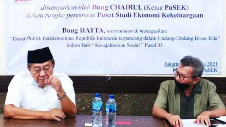 Ketua PuSEK, Chairul Hadi M Anik (kiri) didampingi Sekretaris Indra