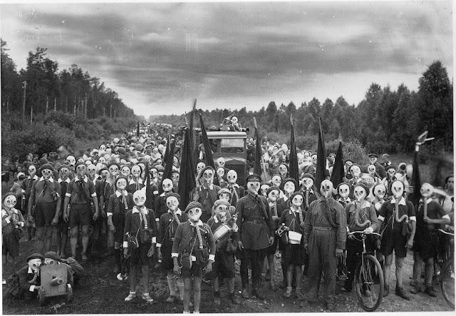Толпа советских детей в противогазах