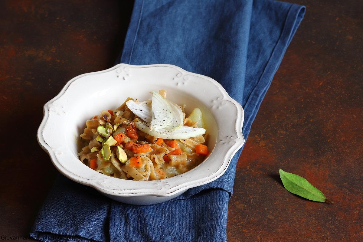 Pasta e patate con scamorza e pistacchi