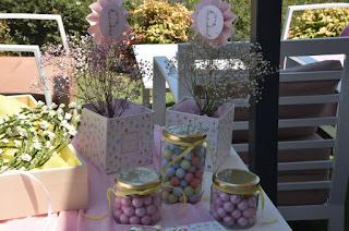 τραπέζι ευχών διακοσμημένο με ζαχαρωτά και λουλούδια