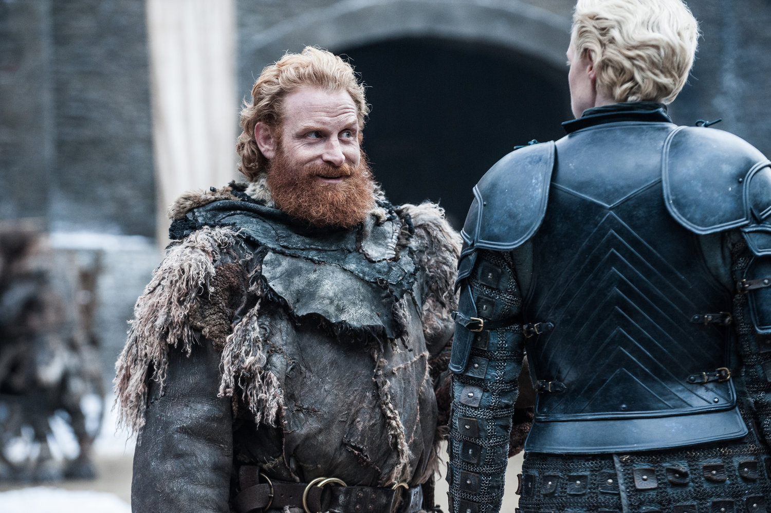 Kristofer Hivju como Tormund Giantsbane and Gwendoline Christie como Brienne de Tarth
