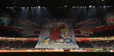 coreografia della curva su del milan durante il derby della madonnina