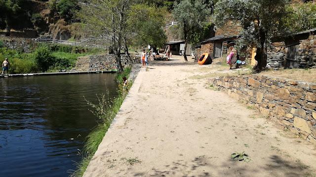 Margem direita do Rio Ceira na praia fluvial em terra batida