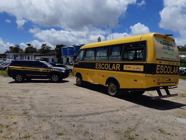 Ônibus escolar é apreendido por transporte irregular de passageiros na BR-232