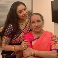 रूपाली गांगुली अपनी माँ के साथ