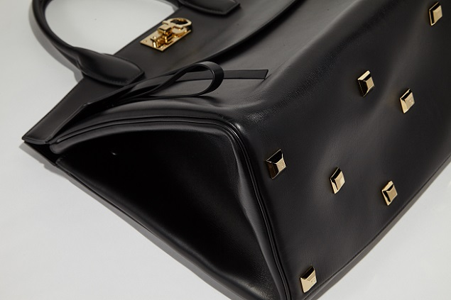 d202fbeac20 ... The Ferragamo studio bag, with gleaming Gancini fastening, has been  meticulously designed as elegant ...